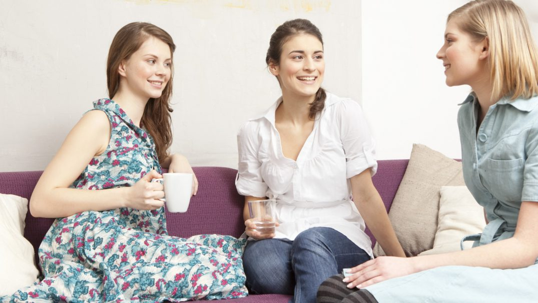 o WOMEN TALKING ON COUCH facebook Studii Adolescenți