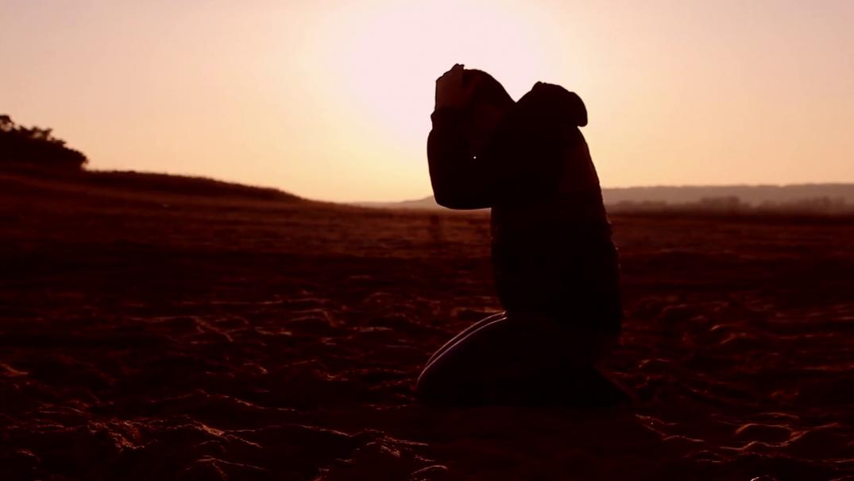 man praying at sunset Studii Adolescenți