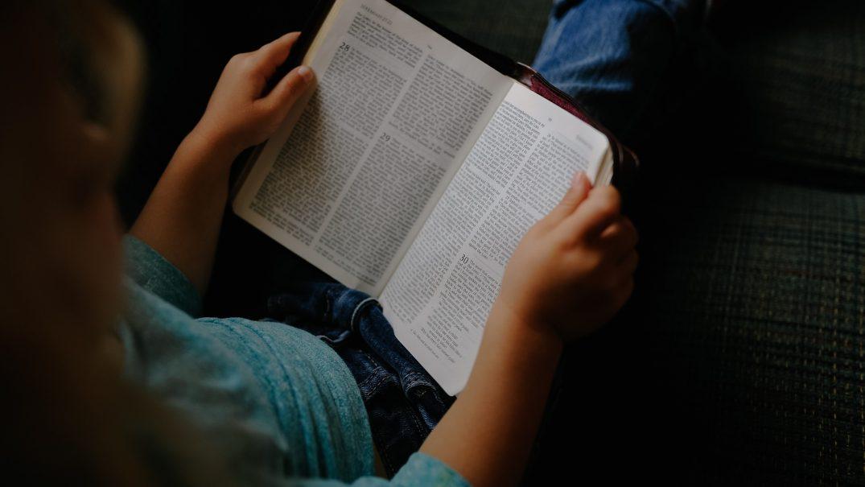 reading the bible Studii Adolescenți